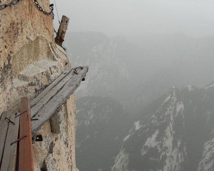 Le sentier à flan de falaise à Huashan, Chine