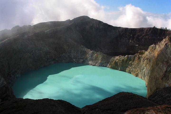 Le lac du cratère de Kelimutu sur l'île de Flores, Indonésie