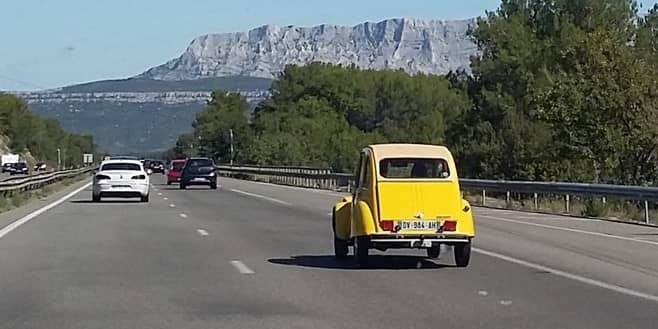 Citroën 2cv sur l'autoroute