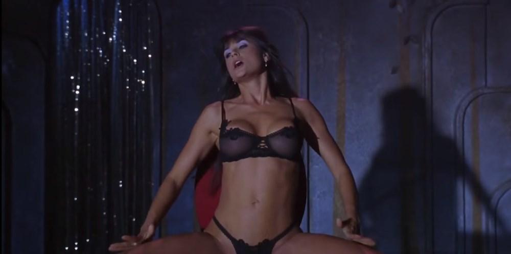 Demi Moore dans le film Striptease, l'une des scènes les plus sexy et érotique de l'histoire du cinéma moderne