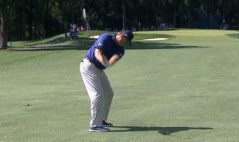 Le golfeur Ernie Els met un tir de 143m directement dans le trou sans aucun rebond