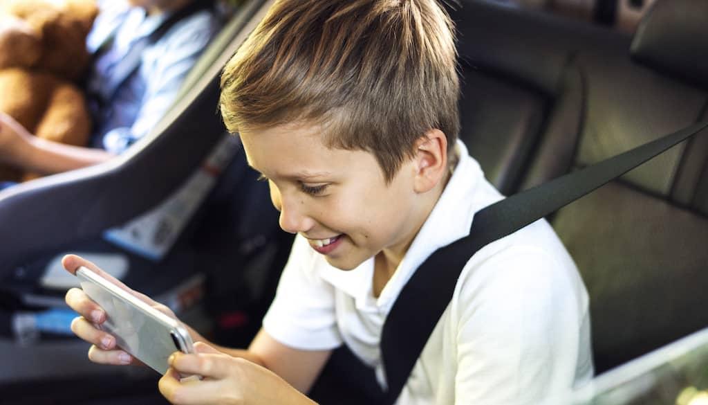 jouer sur son smartphone pour ne pas s'ennuyer en voiture