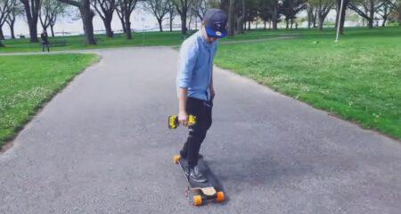 Un skate électrique propulsé par une perceuse