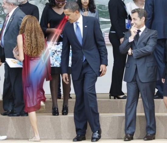 Barack Obama en train de mater une les fesses d'une femme