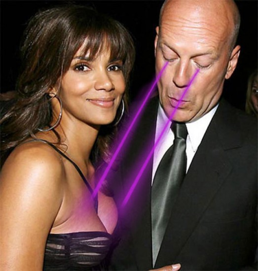 Bruce Willis en train de mater les seins de Halle Berry
