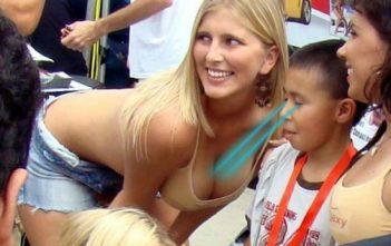 un gamin en train de mater les seins d'une jeune femme