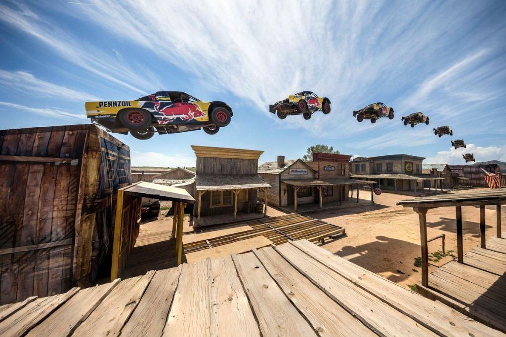 Bryce Menzies s'envole lors de son record du monde de saut en 4x4 pour Red Bull