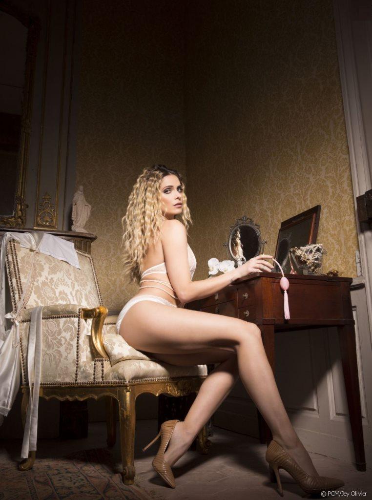 Clara Morgane : calendrier sexy janvier 2017