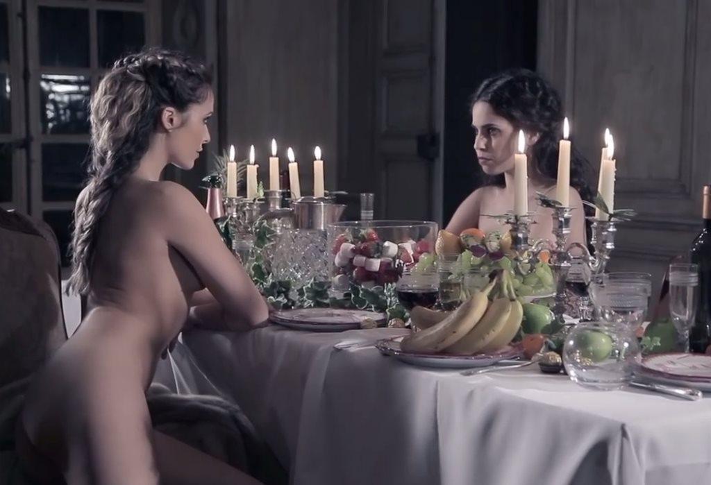 Clara Morgane nue avec sa petite soeur Alexandra pour son calendrier sexy 2017
