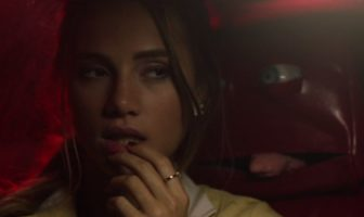 "Clip : Suki Waterhouse troublée par la ""Black Car"" de Leon Else"