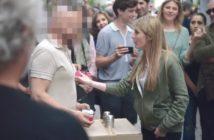 Caméra-cachée Syfy : une magicienne piège un arnaqueur de rue à Montmartre