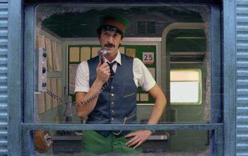 adrien brody employé de train dans la pub H&M de Noël 2016 par Wes Anderson