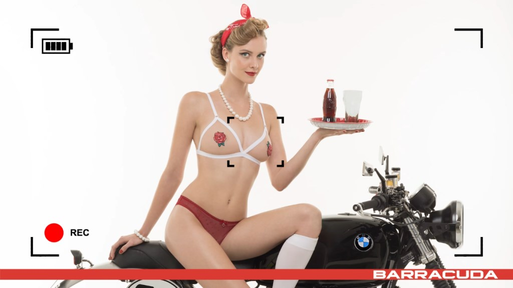 Calendrier Moto sexy Barracuda 2017 : Tatiana-Fisher sur une BMW en mode pin-up vintage coca-cola