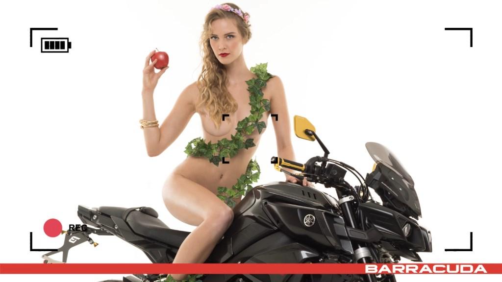Calendrier Moto sexy Barracuda 2017 : Tatiana-Fisher nue croque le fruit défendu comme Eve sur sa Yamaha