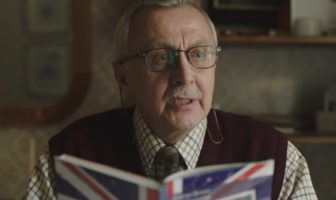 pub allegro sur un grand-père polonais qui apprend l'anglais