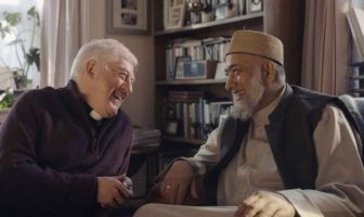 Amazon met en scène l'amitié d'un prêtre et d'un imam dans une publicité pour le Black Friday