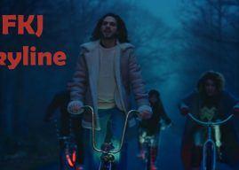 FKJ ride en low-bike avec ses potes dans le clip Skyline