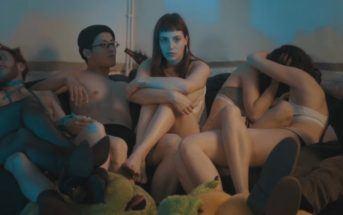 Une jeune femme subit son hypersensibilité sensuelle dans le clip Escapism Deluxe