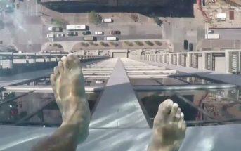 Cette piscine de verre suspendue à 150m va vous donner le vertige !