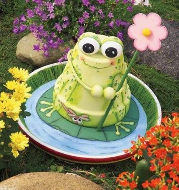Une grenouille heureuse avec un pot de fleur et une soucoupe