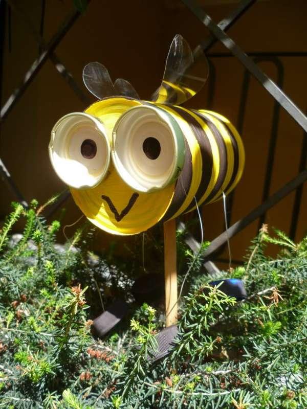 Une abeille avec une boîte de conserve et des couvercles
