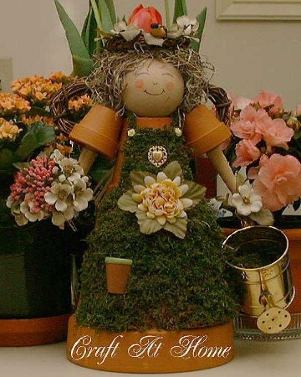 Un ange de jardin composé de pots en terre cuite