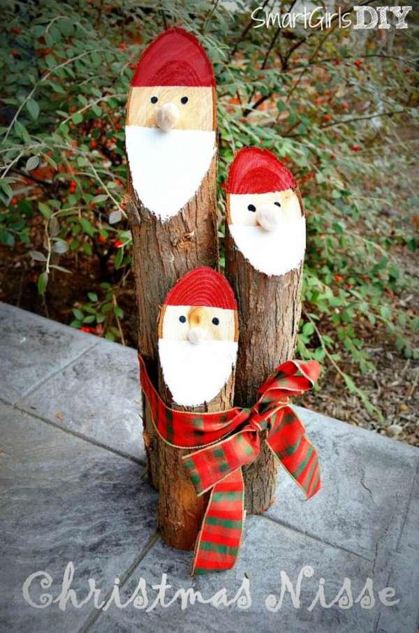 Des bûches transformées en Père Noël