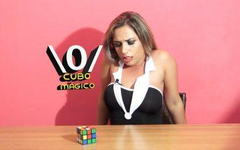 Une actrice porno tente de résoudre un Rubik's Cube assise sur un vibromasseur