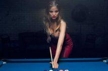 Magdalena Frackowiak joue au strip billard dans la pub 2017 d'Agent Provocateur - Tease And Hustle