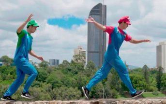 2 frères jumeaux font du parkour déguisés en Mario et Luigi
