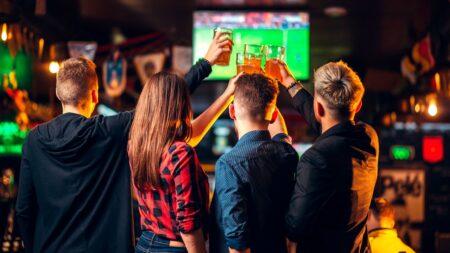 regarder les matchs de coupe du monde dans un bar
