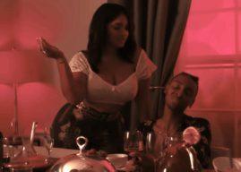 Masego tombe sous le charme d'une femme mûre dans le clip 'Old Age'