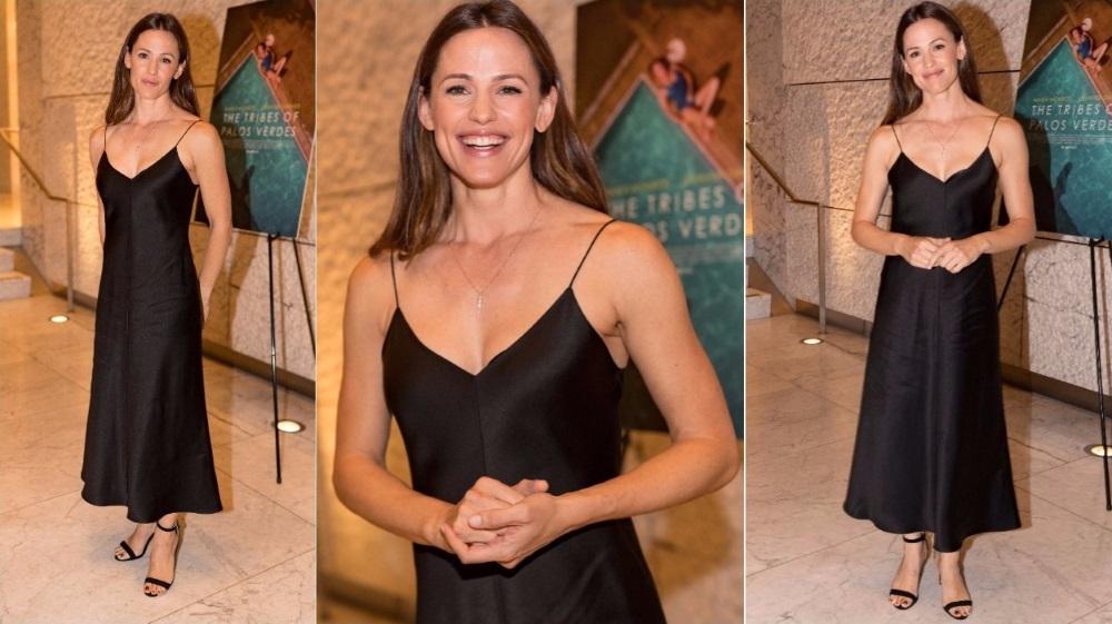 La robe droite est adaptée à la silhouette athlétique de Jennifer Garner