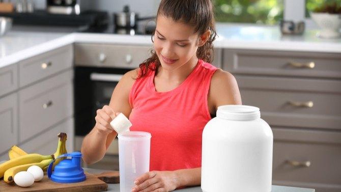 femme qui se fait un sake protéiné