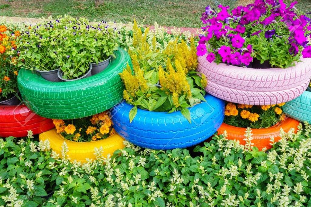 Peindre des vieux pneus pour donner de la couleur à votre jardin