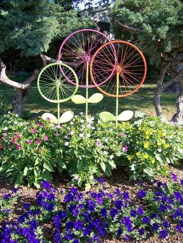 Recycler des vieilles roues de vélo pour créer un décor de jardin fantaisiste