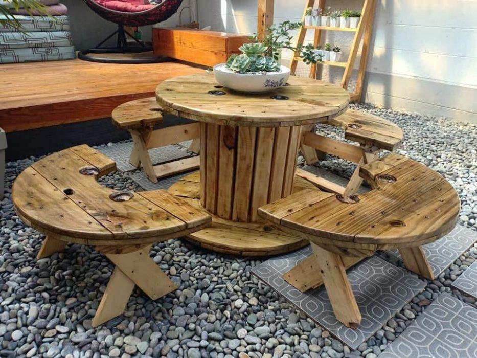 Concevoir une table de jardin conviviale avec des veilles bobines en bois
