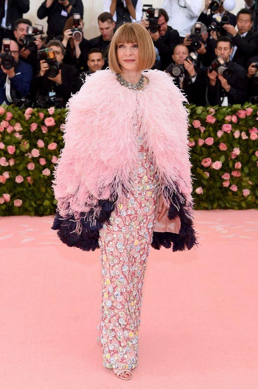 Anna Wintour Vogue, tapis rouge gala du MET 2019 robe rose et noire