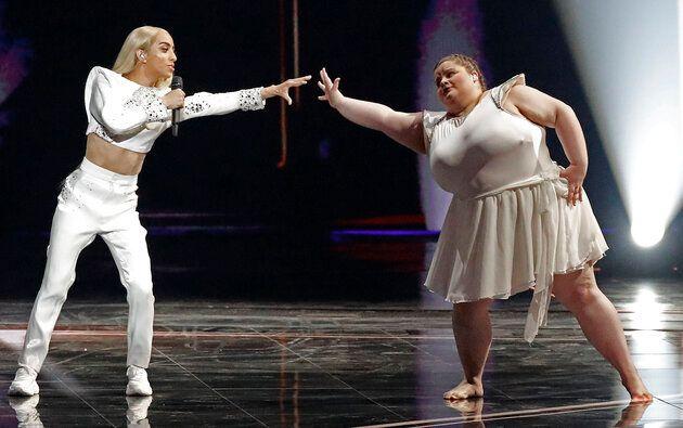 Capture d'écran de la performance de Bilal Hassani pour la finale de l'Eurovision 2019 où on le voit chanter sur scène avec une danseuse obèse.