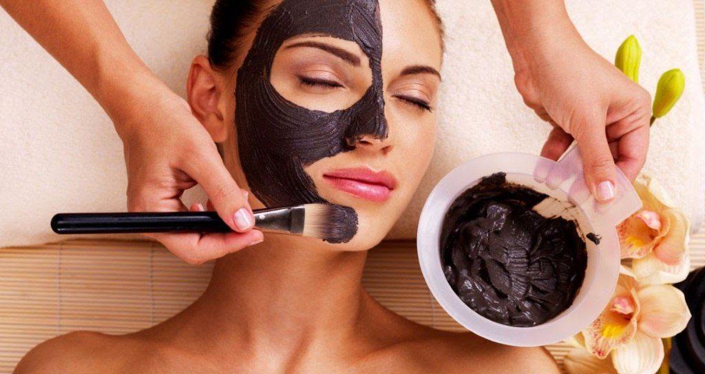 cosmétique le masque à base de charbon végétal purifie la peau