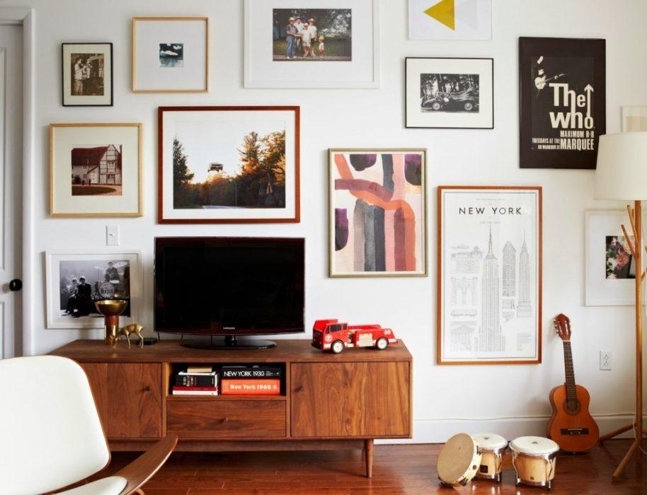 Décorer son mur avec des cadres autour de l'écran de télévision