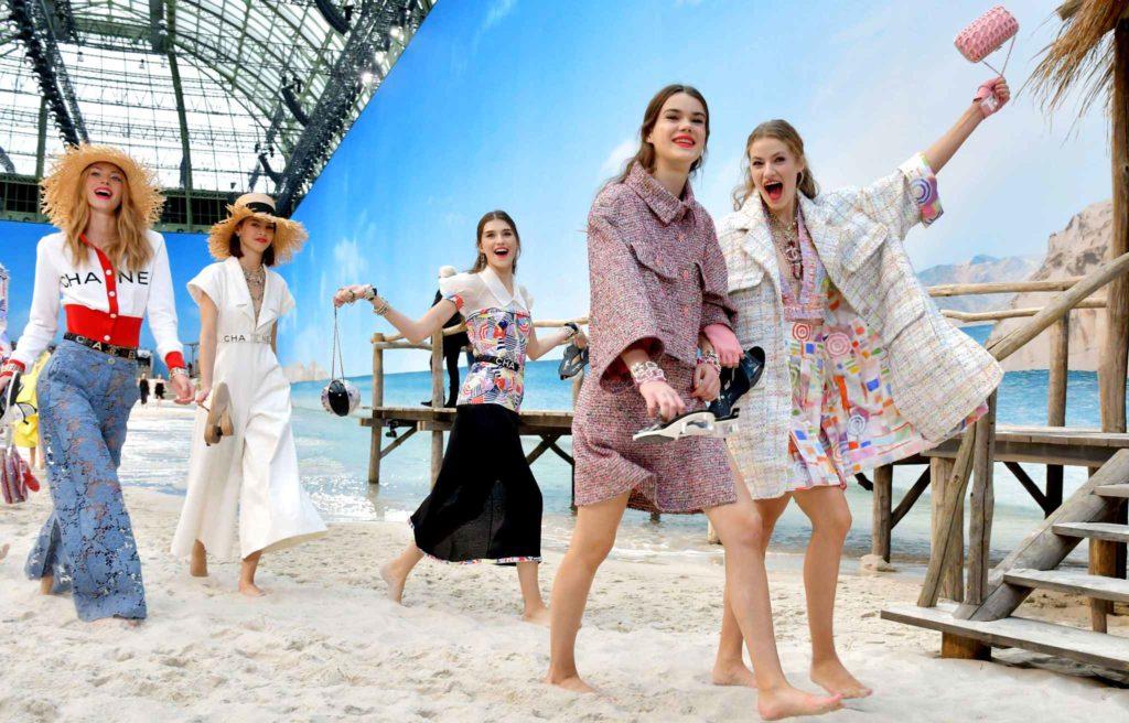 Défilé de mode sur la plage avec des filles qui s'amusent.
