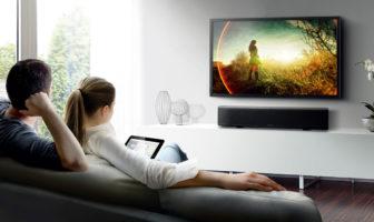 télévision fixée au mur