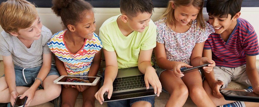 Des enfants naviguent sur internet en toute sécurité avec Qustodio