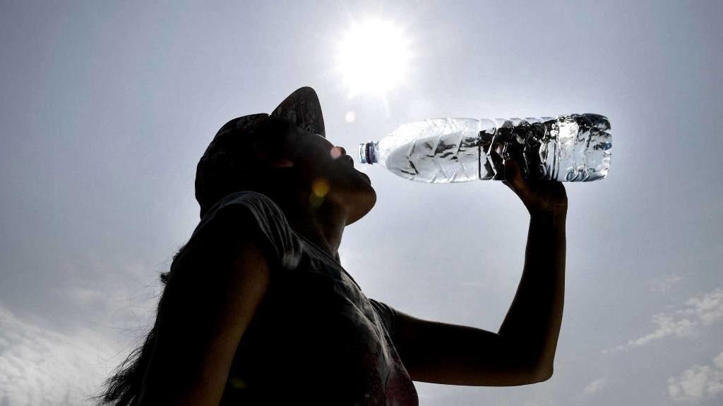 Il est important de boire de l'eau et de s'hydrater pendant la canicule