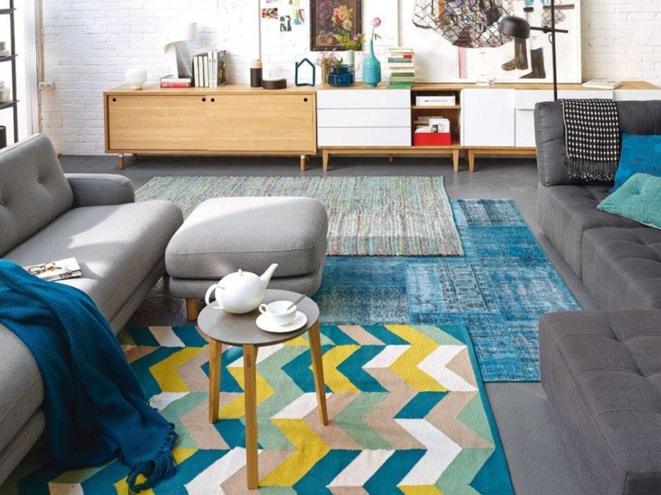 déco de salon personnalisée avec des tapis superposés