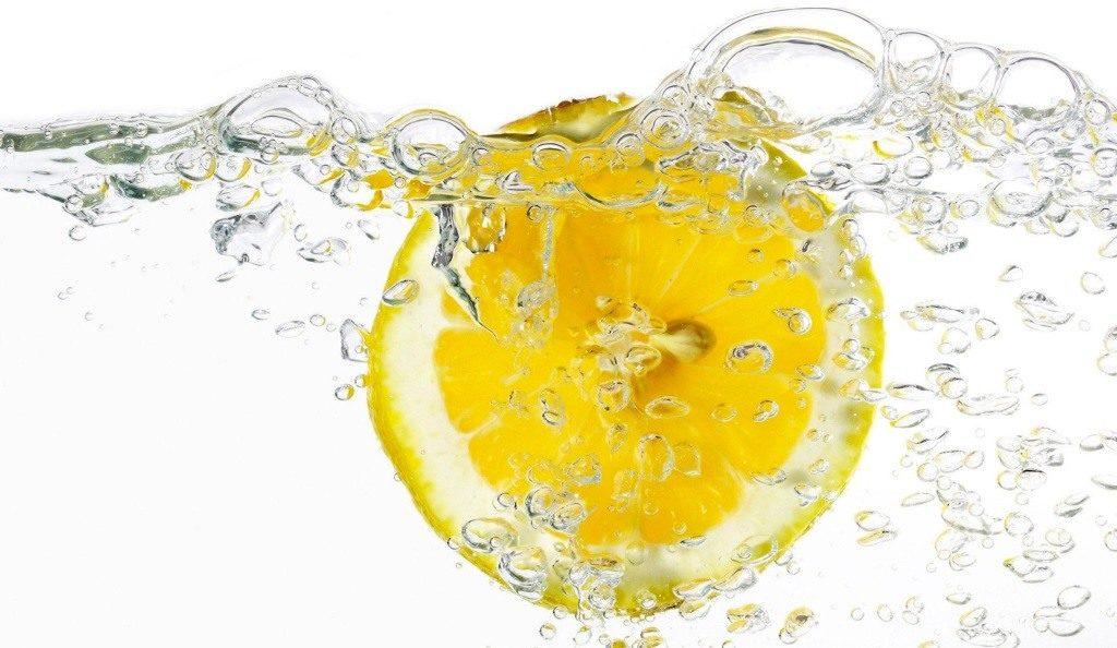les vertus de l'eau de citron pour se rincer les cheveux