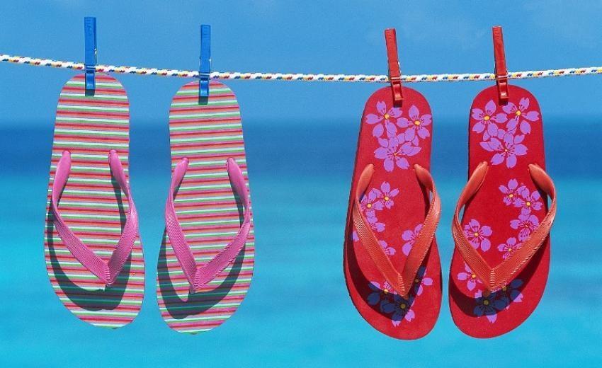 porter des tongs à la plage en été