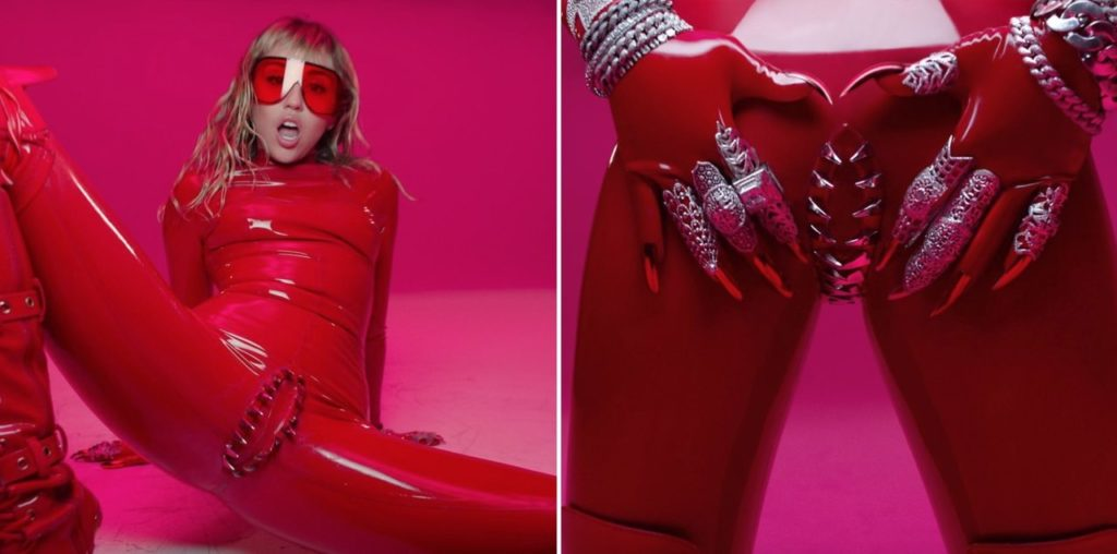 Miley Cyrus - Mother's Daughter : combinaison en latex rouge, vagin avec des dents