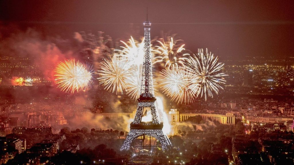 feu d'artifice du 14 juillet 2019 à la tour Eiffel à Paris